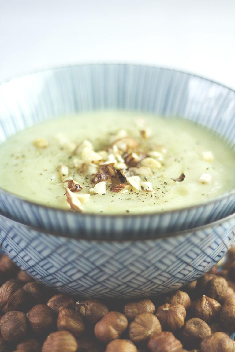 Topinambur-Suppe mit Haselnüssen