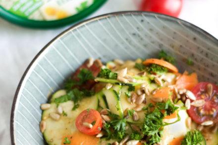 Zucchinisalat mit Hummus-Dressing