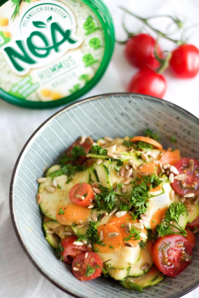 Zucchini-Salat mit Kräuterhummus