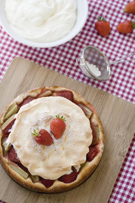 Erdbeer-Rhabarberkuchen mit Baiserhaube