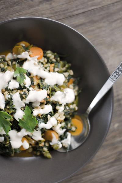 Gemüse mit Gerste und Gewürzjoghurt