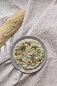 Joghurt-Dip mit Gurke und Kaffirlimette