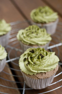 Kaffee-Biskuit-Cupcakes mit Matcha-Frosting