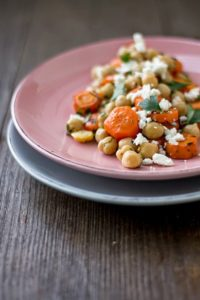 Möhren-Kichererbsen-Salat mit Feta