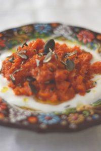 Möhrenpaste mit Harissa, Joghurt und Kürbiskernen