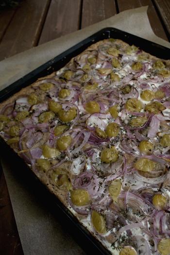 Zwiebelkuchen mit Weintrauben und Thymian