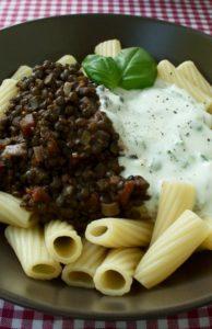 Pasta mit Linsenragout und Minz-Joghurt-Sauce