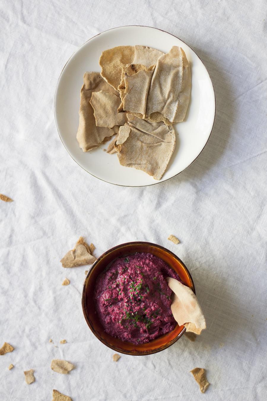 Rote-Bete-Hummus mit gerösteten Walnüssen