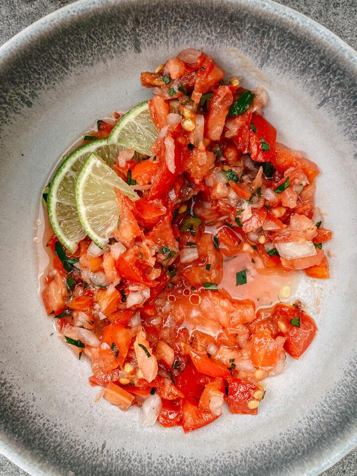 Rohe Tomatensalsa mit Limette und Olivenöl