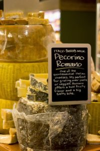 Ein Laib italienischer Pecorino bei Whole Foods in New York