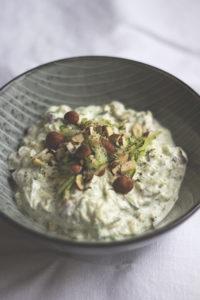 Türkischer Zucchini-Joghurt mit Haselnüssen