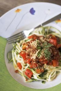Zucchini-Pasta mit Paprika-Sauce