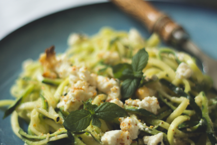 Zucchini-Pasta mit Cashew-Pesto und gebackenem Ricotta