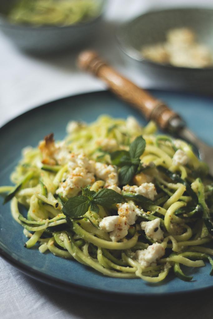 Zucchini-Pasta mit Cashew-Pesto und gebackenem Ricotta
