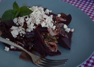Rote Bete Salat mit Schalotten, Datteln und Feta